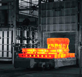 Heat treatment furnace with controlled atmosphere